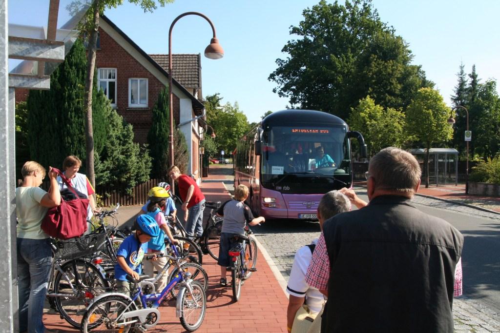 In seinem Anhänger nimmt der Entdecker-Bus auch Fahrräder mit.