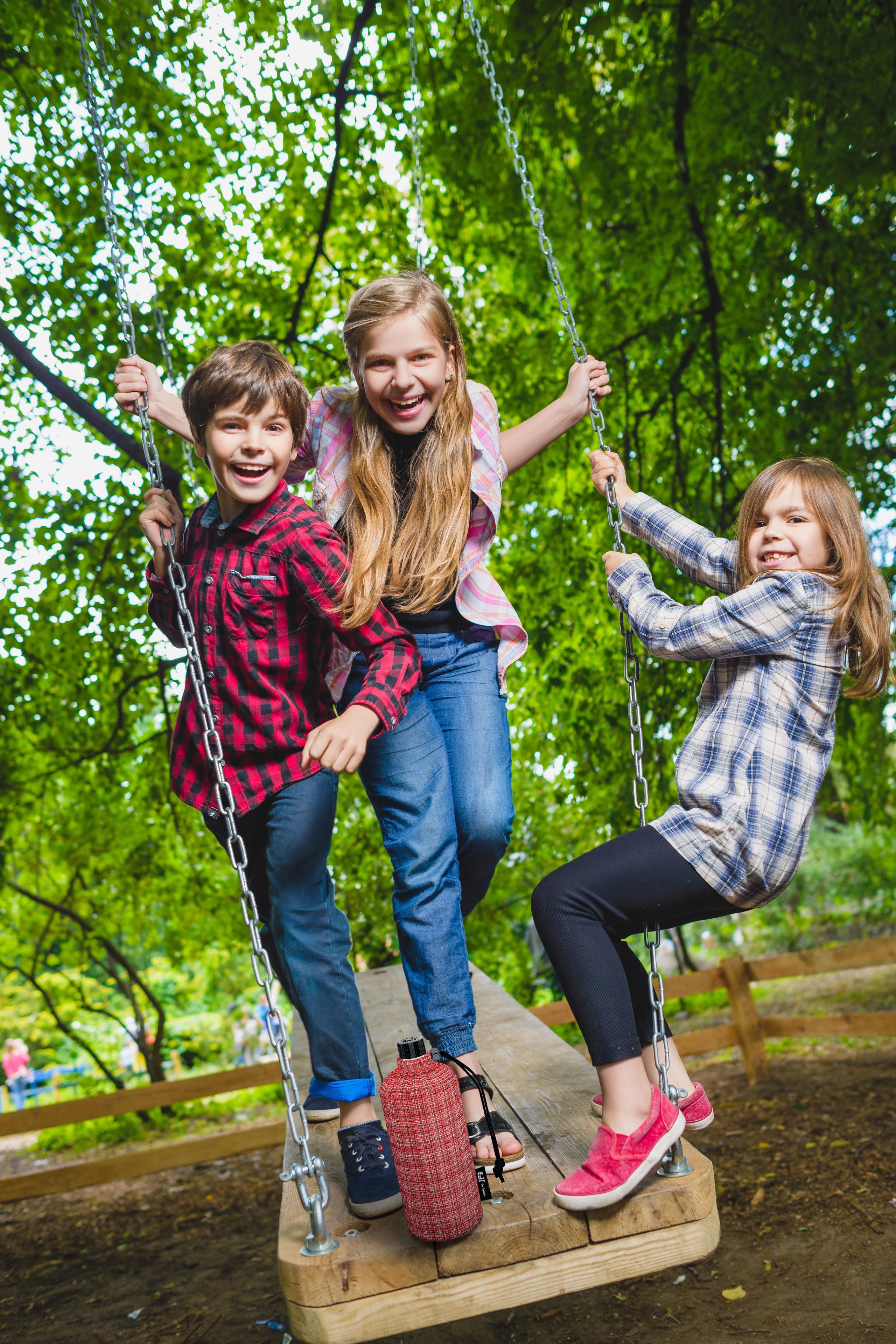 Trinkflasche nicht vergessen: Kinder lieben Action - das Herumtoben macht aber auch durstig - Sommer-Familienausflug