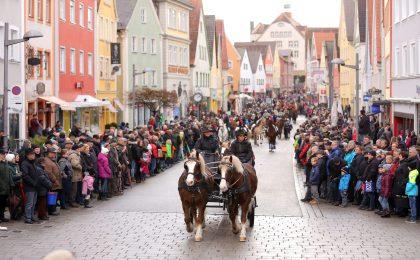 Hunderte Reiter und Kutscher aus der ganzen Region ziehen mit ihren schmuck herausgeputzten Pferden und imposanten Gespannen beim großen Festumzug durch die Ellwanger Innenstadt.