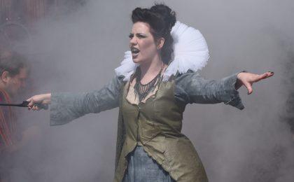 Wenn die Bühne sich in Nebel hüllt, kann die spannende Geschichte ihren Lauf nehmen.