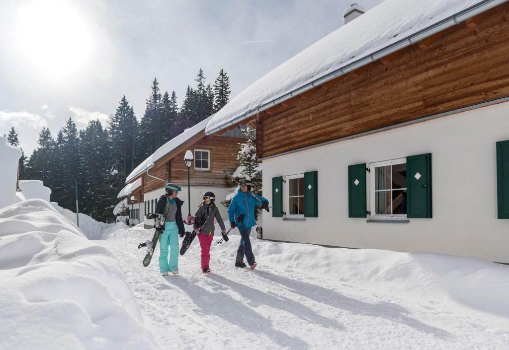 Die komfortablen Unterkünfte des Ferienparks liegen meist direkt an der Piste - Mitten im Skigebiet