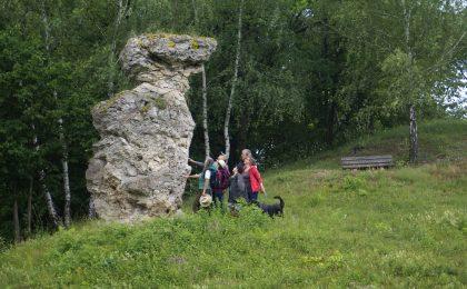 Der Abteröder Bär am Fuße des Hohen Meißners ist einer von vielen sagenumwobenen Orten im Naturpark. Hier verwandelte Frau Holle ein die Trennung befürchtendes Liebespaar zum Schutz in einen Stein und die danebenstehende Linde.