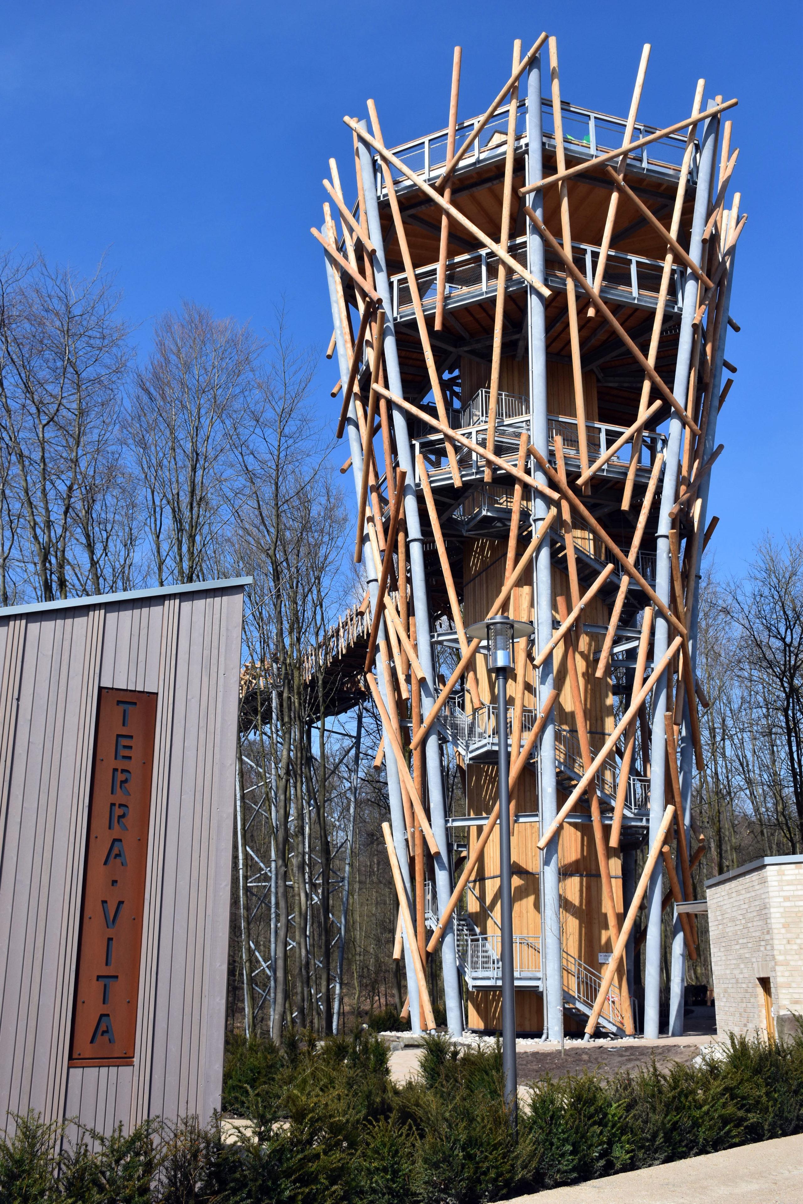 Fast 600 Meter beträgt die Gesamtwegstrecke des spektakulären Baumwipfelpfads, der die Besucher der Landesgartschau Bad Iburg in luftige Höhen entführt. Die Brückenlänge beträgt 440 Meter.