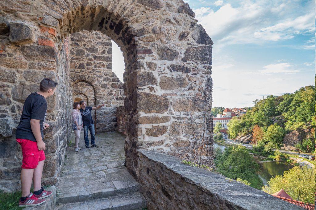 Trotz ihrer erhabenen Lage und den dicken Mauern wurde die Nicolaikirche seit ihrem Bau im 15. Jahrhundert mehrfach belagert und verwüstet. Von ihrem gut erhaltenen Wehrgang aus hat man eine tolle Aussicht über das Tal der Spree.