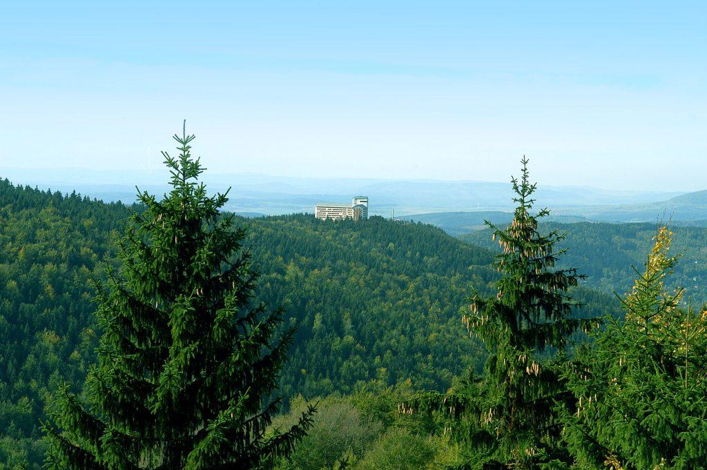 Hoch oben auf dem Ringberg thront das Erlebnis-Hotel für die ganze Familie inmitten der Natur.