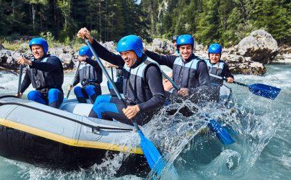 Bei einer Rafting-Tour erlebt man Adrenalin pur - eine originelle Geschenkidee für Menschen, die Abenteuer lieben und einfach mal raus aus der Routine wollen.