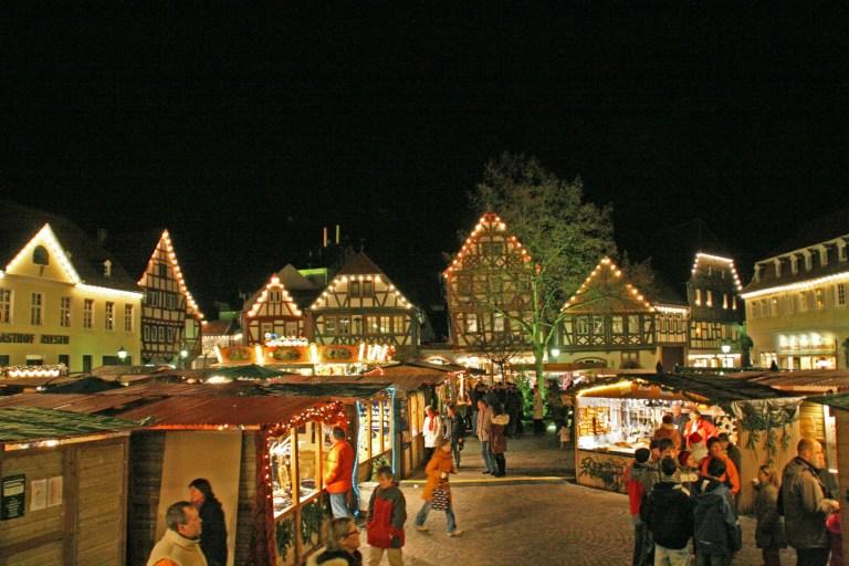 Adventsmarkt zu Füßen festlich geschmückter Fachwerkhäuser: In der historischen Altstadt von Seligenstadt kann man den Budenzauber vom 24. November bis 11. Dezember genießen.
