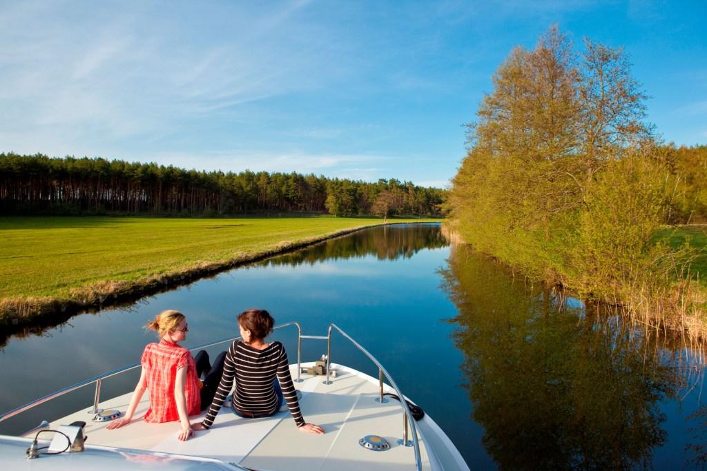 Entspannung pur: Langsam geht es mit maximal zwölf Stundenkilomtern auf Kanälen und Flüssen an Dörfern und Landschaften vorbei.
