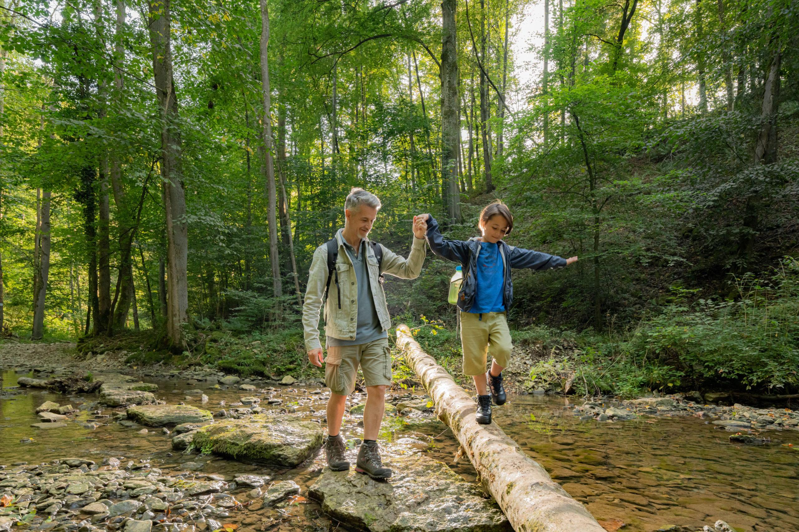 Vater und Sohn haben Spaß auf dem Bühlertalwanderweg