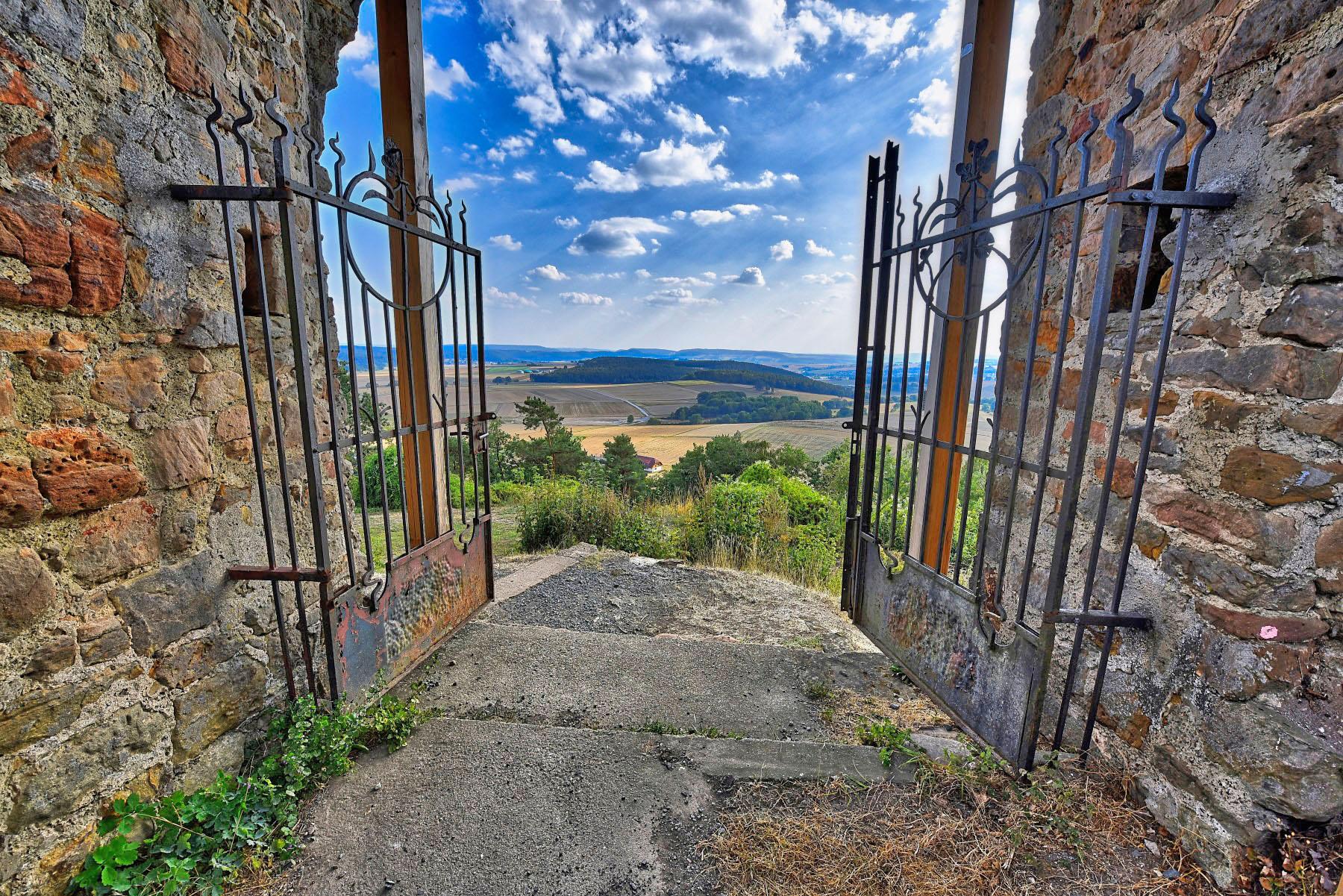 Blick von der Burg Mellnau auf das hessische Bergland