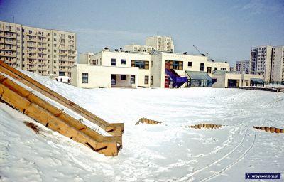 Największy na Ursynowie (w 1978) plac zbaw w ogrodzie szkoły nr 81 na Puszczyka. Zima stulecia będzie dopiero za rok. Fot. Włodzimierz Witaszewski.