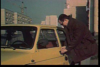 """Kto oglądał """"Skradzioną kolekcję"""" ten wie, że tym oto Maluchem można dogonić, przegonić i zdublować sportowego Dużego Fiata. W tle ulica Wiolinowa. Kadr z filmu w reż. Jana Batorego."""