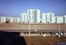"""Widok z okna bloku przy Wiolinowej 10 na drugą stronę """"Alei KEN"""". Za tym pustym polem rosną bloki przy Stokłosy i Wokalnej. Fot. Janusz Gołuchowski"""