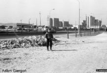 Ulica Cynamonowa, a za nią hale. Przez cały socjalizm nie doczekały się pożytecznego zastosowania - kapitalizm docenił ich urok, zamieniając w świątynię zakupów. Zdjęcie z archiwum Bolesława Giergonia.