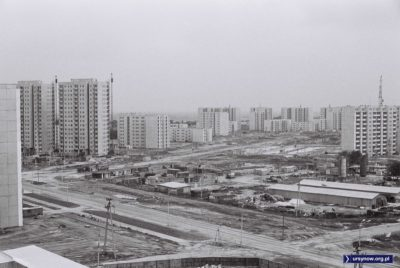 Marksistowską teorię o bazie i nadbudowie inżynierowie wprowadzają dosłownie w czyn. Oto baza budowlana na terenie dzisiejszego Multikina widziana z ulicy Hawajskiej, a wokół buduje się Ursynów Południowy. Fot. HGz.