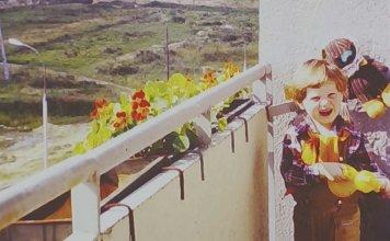 Miś - to chyba Uszatek - podziwia rozległy widok z balkonu przy Miklaszewskiego w kierunku Lasu Kabackiego. Nad. Stefan Sosnowski