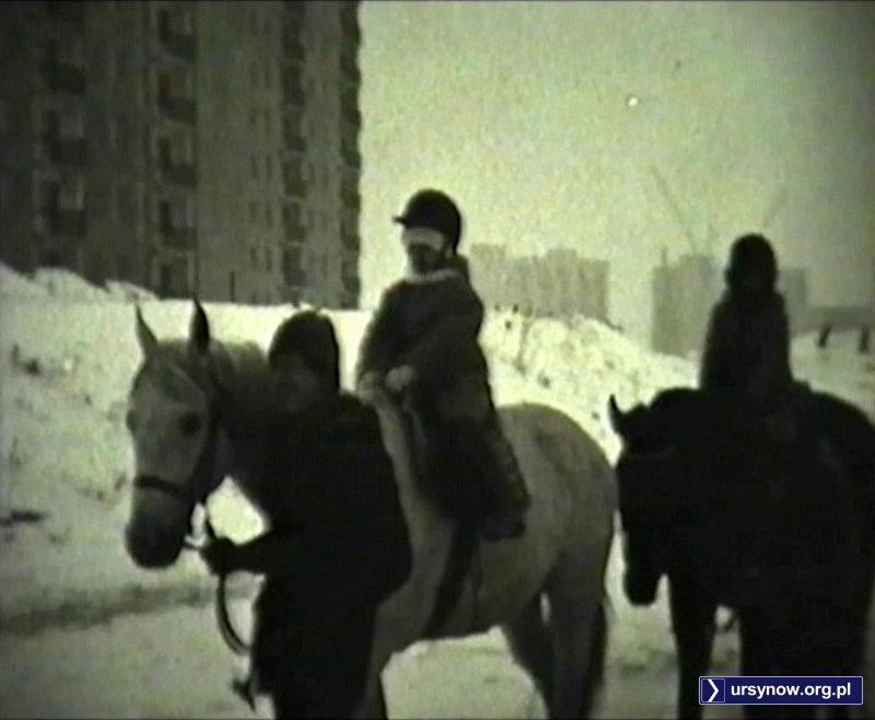 Konny spacer u podnóża Manhattanu na Szolc-Rogozińskiego. Kadr z filmu, nad. Andrzej Dudziec