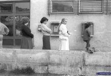 Sklep spożywczy przy Szolc-Rogozińskiego, na ścianie dwa aparaty telefoniczne. Ten po lewej najwyraźniej nie działa. Fot. Włodzimierz Pniewski, garnek.pl/zdyrma