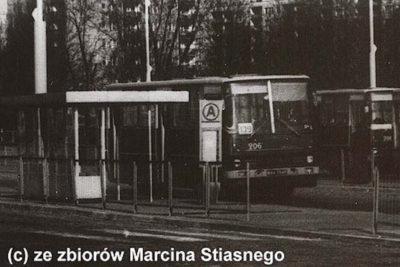"""Dworzec Południowy, czyli późniejsza pętla """"Wilanowska"""". 139 pojedzie stąd do Powsina. Warto zwrócić uwagę na starego typu podświetlany słup przystankowy. Zdjęcie dzięki uprzejmości serwisu www.przegubowiec.com"""