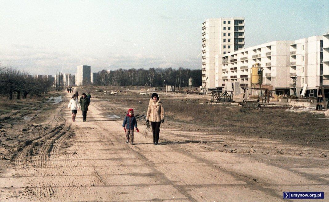 To będzie kiedyś Aleja KEN. Po prawej budowane bloki przy Raabego, po lewej rośnie jeszcze sad zamiast domów przy Żabińskiego. Fot. Andrzej Kubik