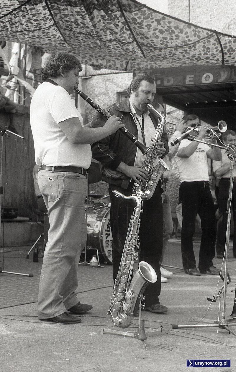 Zespół jazzowy przed wejściem do klubu Max na Szolc-Rogozińskiego. Fot. Andrzej Kubik