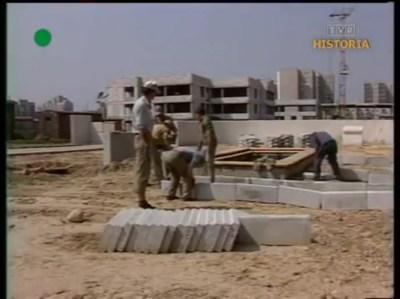 I już jesteśmy na miejscu. Budowa szkoły 325 Na Uboczu (chociaż reporter twierdzi, że to przedszkole). Budynek wznoszą Komsomolcy, ale o nich zaraz. DTV, 9.08.1984.
