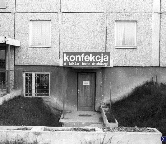 Mam zagadkę: gdzie to było? Gdzie latem 1984 można było kupić nieco konfekcji i trochę drobiazgów? Stawiam na Natolin lub Na Skraju - Grzegorzewskiej lub Szolc-Rogozińskiego? Fot. Włodzimierz Pniewski, www.garnek.pl/zdyrma