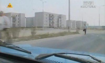 """Taksówką na Natolin, ale tym razem to nie żółty Fiat WPT 1313, tylko samochód z serialu """"Dorastanie"""". Dojeżdża właśnie Stryjeńskich do Belgradzkiej. Kadr z serialu TVP nadesłali Iza i Krzysiek Lewandowscy."""