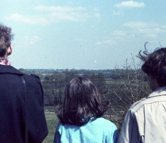 Patrzymy ze skarpy w stronę Wilanowa. Za drzewami majaczy kopuła kościoła Św. Anny. Fot. Andrzej Kubik