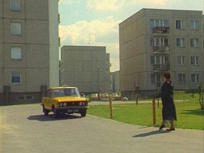 """W początkowych latach Ursynowa nawet - a może zwłaszcza - taksówkarze się tu gubili i czasem odmawiali kursów na osiedle w obawie przed zabłądzeniem i pożarciem przez plemię inteligenckich tubylców. Zgubił się też żółty Fiat z serialu """"Zmiennicy"""" w labiryncie bloków przy Lanciego, Lasku Brzozowym i Mandarynki."""