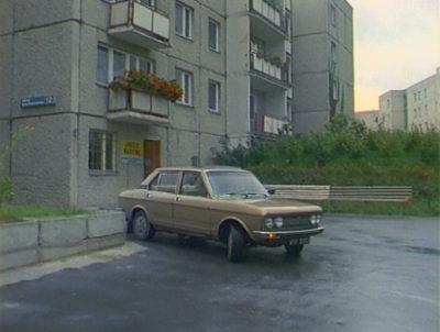 """Klasyczny Fiat 132 przed blokiem przy Szolc-Rogozińskiego 12. Żal w sumie, że to nie model Mirafiori - obiekt marzeń peerelowskich playboy'ów. Kadr z serialu """"Zmiennicy""""."""