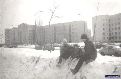 Wbrew może pozorom, zima początku 1987 roku mocno dała w kość. Zimowe zabawy przy Symfonii. W tle ulica Beli Bartoka, a za nią - Wokalna. Zdjęcie Krzysztofa Kozłowskiego.