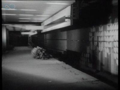 """Stacja Stokłosy z ciekawą glazurą. Lektor kroniki oznajmia, że """"właśnie trwa próbne wykańczanie"""" - widać, te kłosy i kwiaty nie przypadły jednak do gustu. Chyba, że ktoś coś wie więcej? Kadr z PKF 19/87."""