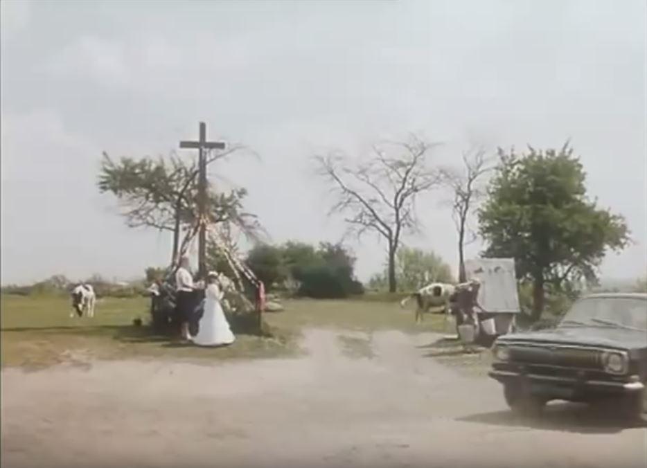 Dziś za krzyżem jest już kościół na szczycie Skarpy u wylotu Imbirowej, ale sam krzyż stoi jak stał. Studnia zresztą też. Kadr z filmu