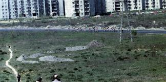 Ulicą Rosoła w kierunku południowym jadą kolarze. Wyścig Pokoju to chyba nie jest, raczej bardziej kameralna impreza. Fot. Andrzej Kubik