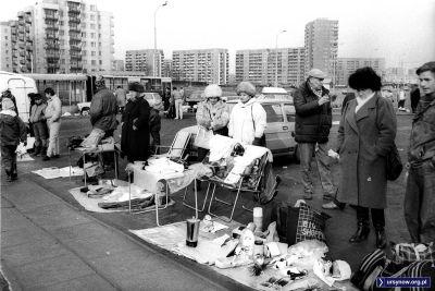 Klasczyny handel ze stolików i krzesełek turystycznych i klasyczna torba BIG SHOPPER. Bazarek na dołku. Fot. Włodzimierz Pniewski.
