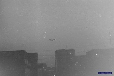 Tu 154 LOTu schodzi do lądowania nad dachami Pięciolinii. Fot. Robert Małetka