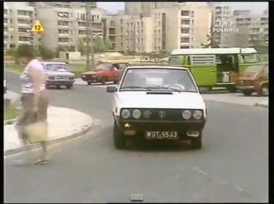 """Ten śliczny Polonez - gwiazda serialu """"W Labiryncie"""" to prywatna taksówka. Skąd wiadomo? Z rejestracji. W latach '80 prywatne warszawskie taryfy miały właśnie numery WGT XXXX - wiem, bo wujek też jeździł na taksówce, ale nie tak pięknej."""