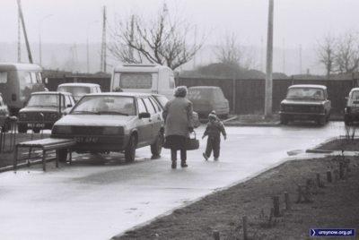 Taka Łada Samara jak ta tu, na parkingu przy Żabińskiego - to dopiero było coś! Gniotsa nie łamiotsa i (o ile korozja nie zeżre) dziesięć lat pojeździ jak nic. Zdjęcie nadesłał Piotr Klonowski.