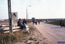 Droga nad tunelem metra równoległa do dzisiejszej Alei KEN. Tłum w tle stoi przy wyjściu ze stacji Kabaty. A krecik wskazuje, że to dzień zwiedzania budowy. Fot. Andrzej Kubik