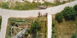 Marzenia wczesnych lat '90, czyli telewizja satelitarna i rower BMX. Podwórko przy Miklaszewskiego 1. Fot. Paweł Chocha