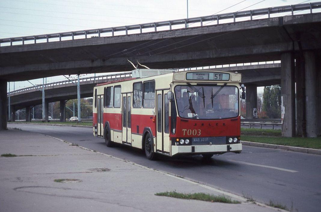 Trolejbus 51 podjeżdża na przystanek Wyścigi. Jeszcze tylko dwa lata będzie tak kursował zanim ostatecznie odetną linii prąd. Fot. André Knoerr, Flickr.com/fototak