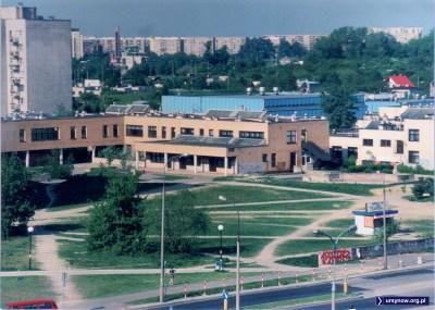 Ostatni dzień roku szkolnego 1996/97. Pamiątkowe zdjęcie Szkoły Podstawowej nr 309 na Koncertowej z albumu Marty Szczepłek.