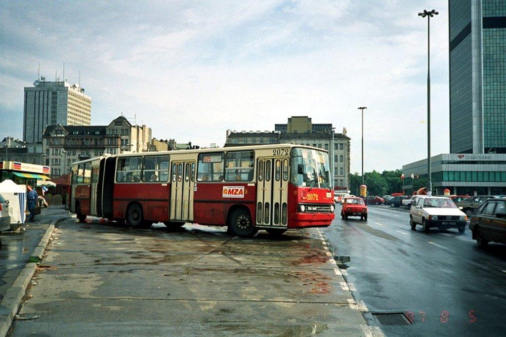 505 rusza z pętli przed Dworcem Centralnym. Szybko i komfortowo zawiezie pasażerów na nową pętlę na Kabatach. Fot.: Dariusz Kalinowski, przegubowiec.com