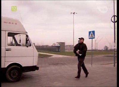 """Detektyw Ferency zmierza do furgonetki obserwacyjnej zaparkowanej na pętli autobusowej nad stacją metra Kabaty. """"Złotopolscy"""", odc. 45, prod. TVP"""