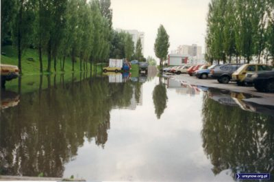 Zalany parking przy Bacewiczówny. Wartburgi dadzą radę. Fot. Adam Myśliński.
