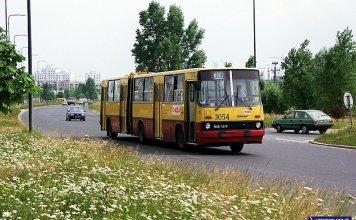 Autobus 306 (w latach 1998-2001 krążył po Ursynowie i dowoził do metra) w głębokich trawach na Pileckiego. Daleko w tle bloki przy Kazury. Zdjęcie: Marcin Stiasny, www.przegubowiec.com