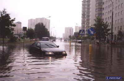Aktualnie i doraźnie w roli amfibii, Honda Accord sunie przez rozlewisko Belgradzkiej. Zdjęcie z portalu grono.net.