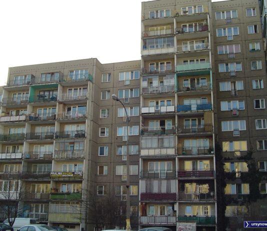 Po liczbie balkonów można ocenić że mieszkania przy Herbsta 4 nie należą do największych. W planach miały to być lokale tymczasowe, rotacyjne dla młodych małżeństw. Fot. Marcin Grzanek.