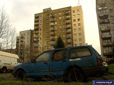 Stary Ford niewiele wort na parkingu przy Koncertowej. Fot. TVN